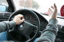 BMW markės automobiliu važiavę vaikinai užpuolė šeimą