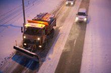 Neskubėkite: eismo sąlygas sunkina snygis