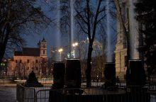 Dangų virš Vilniaus nušvietė milžiniškas šviesos paminklas