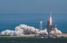 """Antrąkart panaudota """"SpaceX"""" kapsulė sėkmingai susijungė su TKS"""