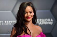 Rihanna padavė tėvą į teismą dėl jų pavardės naudojimo verslui