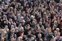 Albanijoje tūkstančiai protestuotojų buvo apsupę parlamento pastatą