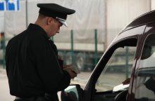 BMW vairuotojas bandė prasmukti su padirbtu Britanijos vairuotojo pažymėjimu