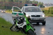 Vyras motociklininkus vaikė pagaliu