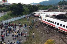 Taivane nuo bėgių nulėkus ir apsivertus traukiniui žuvo mažiausiai 17 žmonių