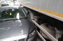 """Utenos rajone """"Opel"""" rėžėsi į vilkiką, nukentėjo mažametis"""