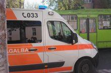 Ieškomi liudininkai, matę, kaip troleibuse susižalojo senjorė