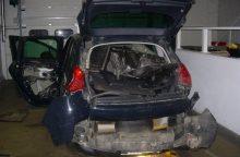 Muitininkai išardė tris automobilius, kuriais vežta kontrabanda