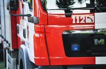 Gaisras daugiabutyje: ugnis įsiplieskė nuo šaldytuvo, savininkė išvežta į ligoninę