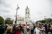 Tūkstančiai žmonių laukia Šventojo Tėvo prie Vilniaus katedros