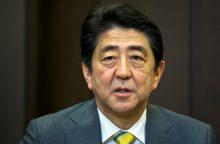 Sh. Abe įsuko skandalas dėl piniginės aukos prieštaringai vertinamam veikėjui