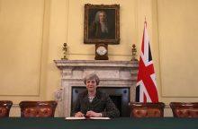 """Britanijos premjerė pasirašė istorinį laišką, pradėsiantį """"Brexit"""""""