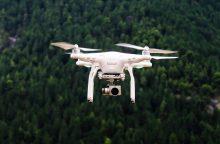 Virš karinių teritorijų skrendančius dronus bus galima numušti?