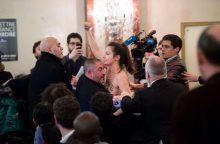 """Prancūzijoje apsinuoginusi """"Femen"""" aktyvistė sutrikdė M. Le Pen kalbą"""