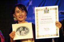 """""""Amnesty International"""" atėmė iš Mianmaro lyderės  aukščiausią savo apdovanojimą"""