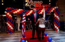 Madride apsinuoginusi protestuotoja sugriebė už tarpukojo D. Trumpo vaškinę figūrą