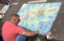 Pradinukai Ąžuolyną išmargino tautiškais piešiniais