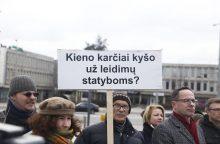 """Prie savivaldybės – piketas dėl Senamiesčio bažnyčios """"kišimo į stiklainį"""""""