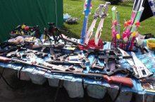 Prekyba šalia bažnyčios: užkliuvo žaisliniai šautuvai