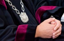 Teismas sprendžia, ar suimti korupcija įtariamą advokatą